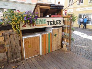 Holzterasse mit Kühlschränken und Blumen