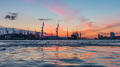 Hamburg: Hafen bei Sonnenuntergang