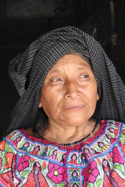 Kolumbien: Frau mit traditioneller Kleidung