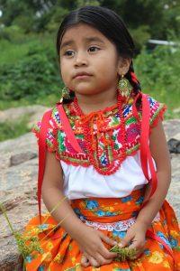 Kolumbien: Mädchen mit traditioneller Kleidung
