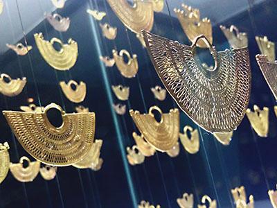 Kolumbien: Zenu Schmuck, filigrane Ohrringe aus Gold