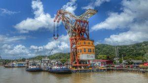Frachtschiffe und Kran auf dem Panama-Kanal