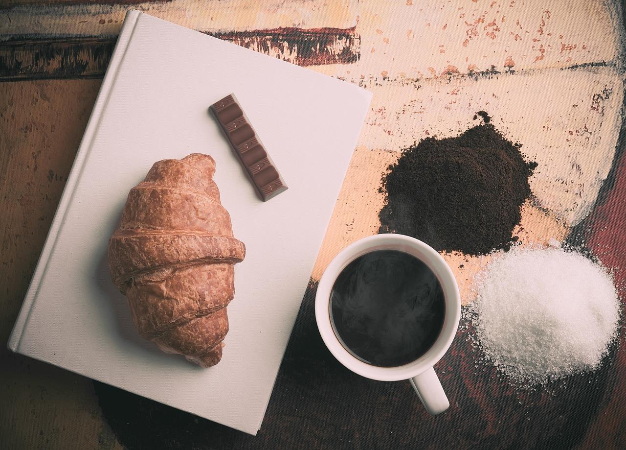 Kaffee und Croissant für eine glückliche Pause
