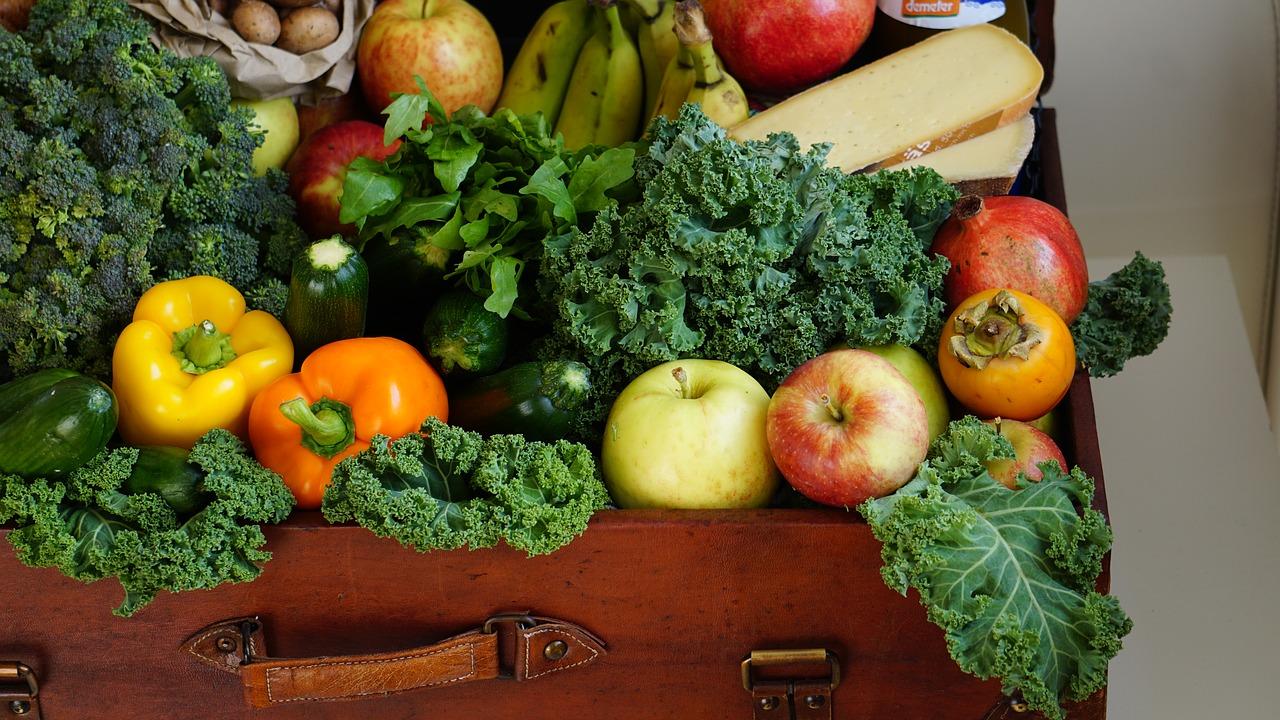 Obst und Gemüse in einem Koffer