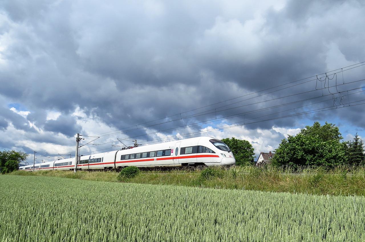 Deutscher Schnellzug auf freiem Feld