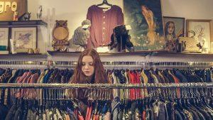 Mädchen in Second Hand Laden