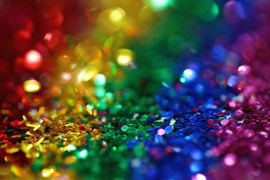 Weihnachts-Dekoration in den Farben des Regenbogens
