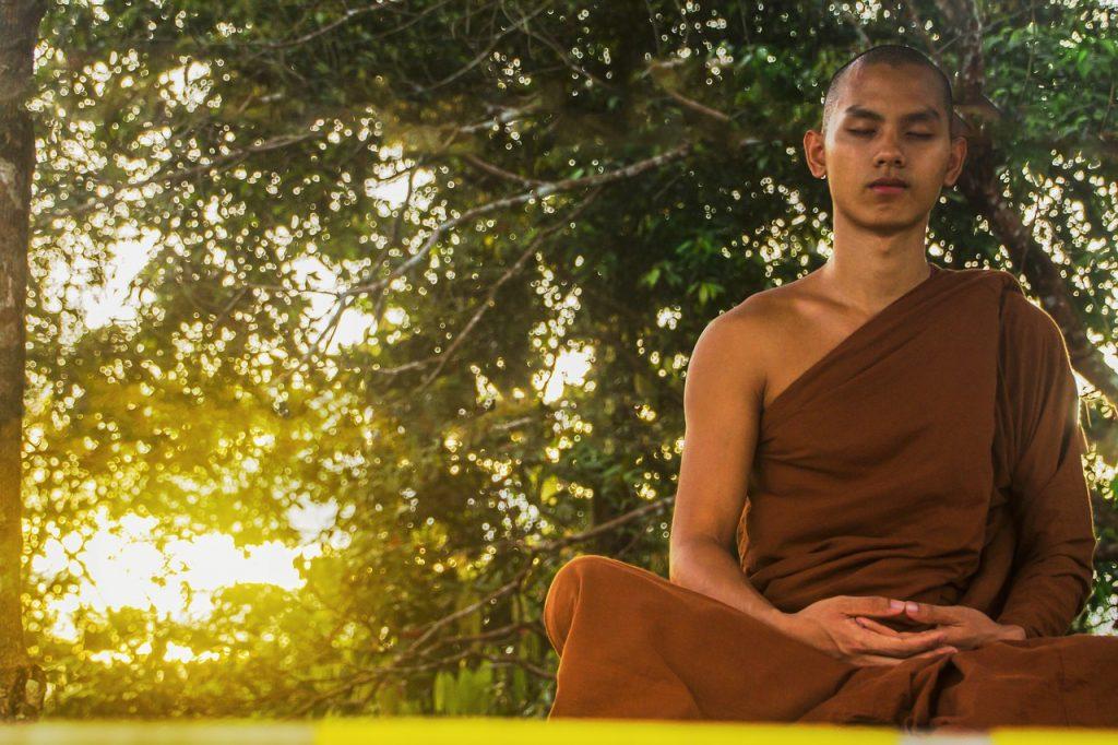 Deutschlernen mit interessanten Texten: Buddhistischer Mönch bei der Meditation