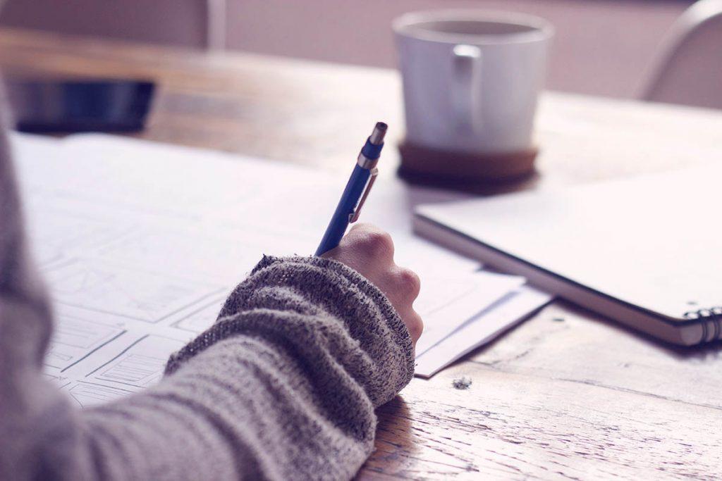 Tipps und Tricks zum Deutschlernen: Person beim Lernen